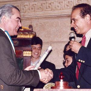 Vereador Milton Nahon cumprimenta o homenageado