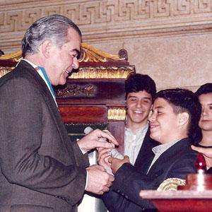Recebendo o Diploma das mãos do filho Henrique, sob os olhares de Otávio, Mariana e do Vereador Milton Nahon